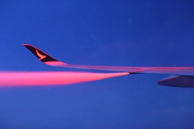 Yakıt boşaltan bir uçak