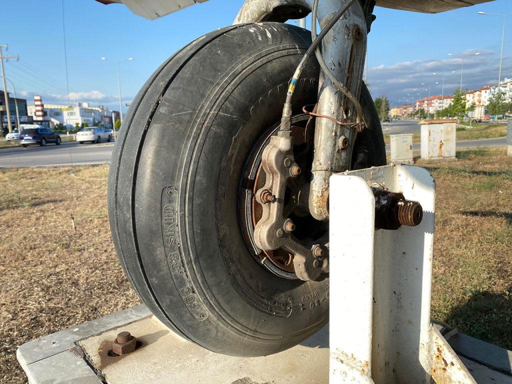 Balıkesir Burhaniye'de sergilenen uçağın her ayrıntısı orjinal olarak duruyor.